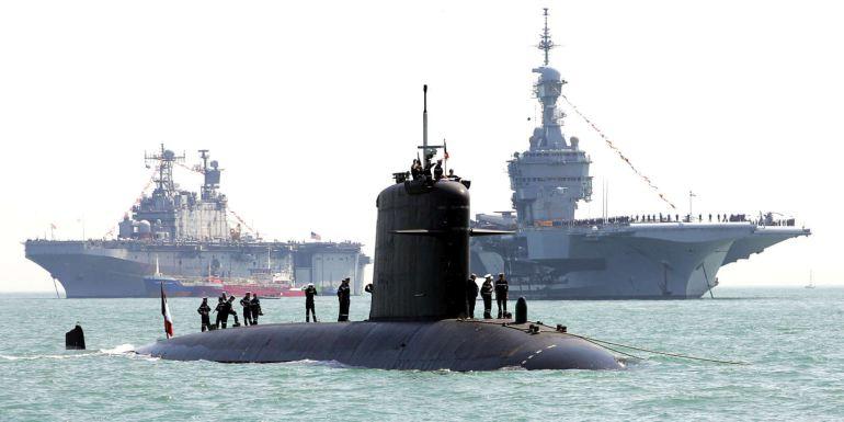 O navio de assalto USS SAIPAN, o SNA PERLE e o porta-aviões nuclear CHARLES DE GAULLE fotografados no dia 28 de junho de 2005, em Portsmouth, por ocasião da revista naval internacional no bicentenário da batalha de Trafalgar. (D.R.)