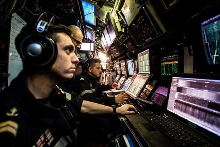 A vida a bordo dum submarino é um trabalho intenso e contínuo. No Posto de Comando, a concentração é fundamental para a escuta, deteção e análise dos sons no fundo do mar. (imagem Marine Nationale)