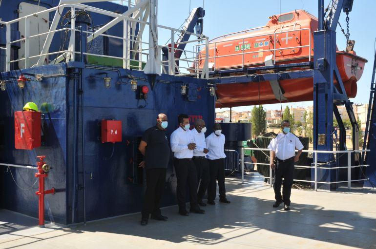 Os tripulantes do MV DONA TUTUTA (imagem Luís Miguel Correia)