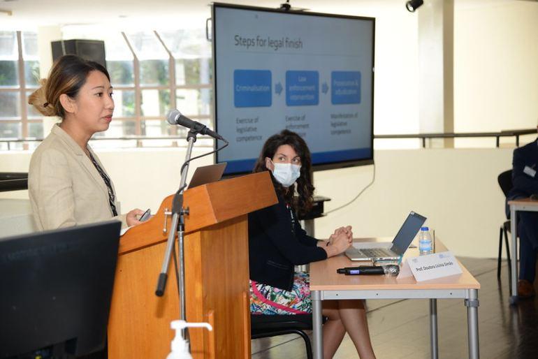 Siji Song, jurista do Gabinete de Prevenção e Justiça Penal do Gabinete das Nações Unidas para Drogas e Crime (UNODC) e Licínia Simão, assessora do Ministro da Defesa Nacional (imagem MDN)
