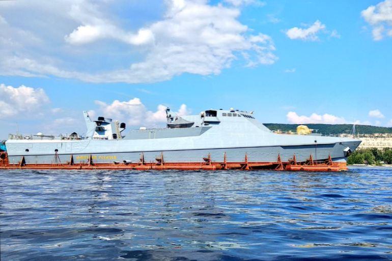 Ao longo de mais de 2.300 kms, desde o rio Volga no Tartaristão, até ao Mar de Azov, o DMITRY ROGATCHEV foi transportado numa plataforma flutuante especial com alguns dos mastros e antenas desmontados. (D.R.)
