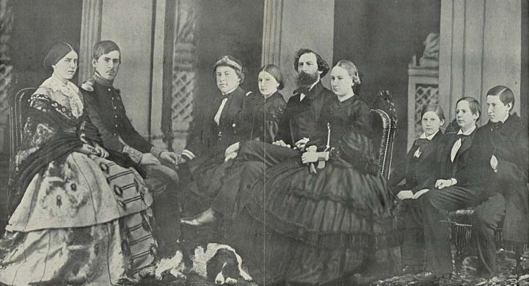 A família real Portuguesa c. 1858, da esquerda para a direita: Raina D. Estefânia, Rei D. Pedro V, D. Luís (então Duque do Porto), Infanta D. Antónia, Rei emérito D. Fernando II, Infanta D. Maria Ana, infantes D. Fernando, D. Augusto e D. João. (monarquiaportuguesa.blogs.sapo.pt)