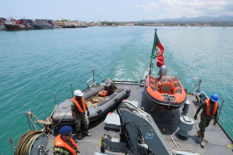 Largando da Baía de Ana Chaves para mais uma missão. A presença do NRP ZAIRE e da Armada de Portugal em São Tomé tem sido fundamental na contenção da criminalidade e na ajuda ao desenvolvimento da região (imagem MGP)