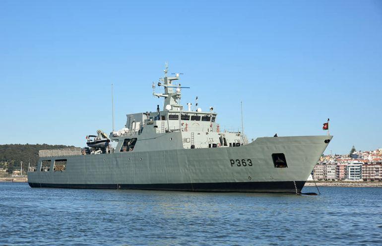 O NRP SETUBAL, construído segundo o projeto NPO 2000, é um navio que apenas possui armamento ligeiro e sensores com características civis. As suas linhas, apesar de angulosas apresentam uma secção reta radar elevada, devido às aberturas no casco e inúmeros equipamentos, como gruas e embarcações expostas no exterior. (imagem MGP)