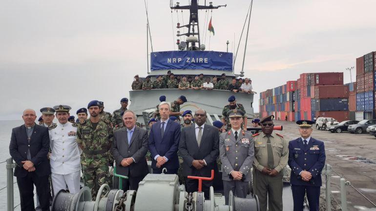 O Ministro da Defesa Nacional João Gomes Cravinho, com autoridades portuguesas e santomenses, a bordo do NRP ZAIRE, durante uma visita a 9 de dezembro de 2019 (imagem MDN)
