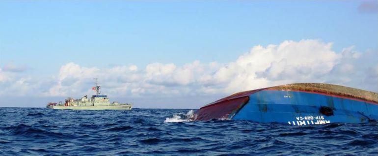 O NRP ZAIRE junto ao casco do ANFITRI, naufragado no dia 25 de abril de 2019 (imagem MGP)