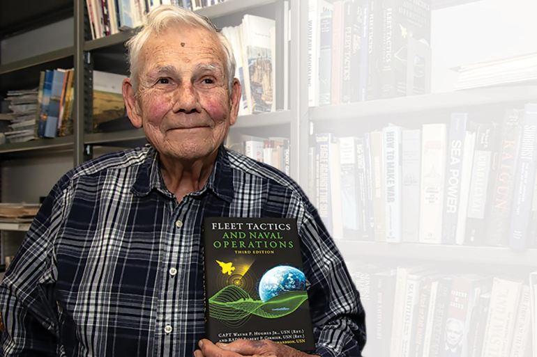 O autor, Capitão de mar e guerra Wayne Hughes (imagem US Navy Nathan K Serpico)
