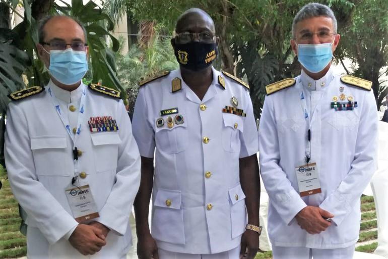 O chefe da delegação portuguesa, Comodoro Carlos Rodrigues Campos com o Contra-almirante Issah Adam Yakubu, CEMA do Gana, e com o Contra-almirante Valentino Rinaldi, chefe da Divisão de Planos do Estado-Maior Marinha Italia (D.R.)