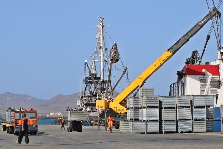 Contentores com atum congelado e contentores vazios, caracterizam a azáfama das operações portuárias de transbordo de pescado. (imagem ENAPOR)