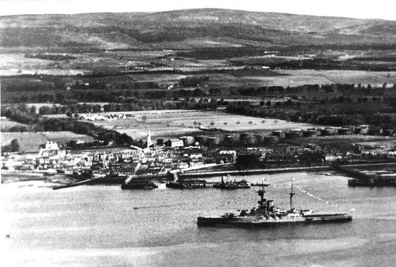 HMS REVENGE fundeado frente a base de Invergordon, c.1928 (imagem Park School History Publications via theinvergordonarchive.org)
