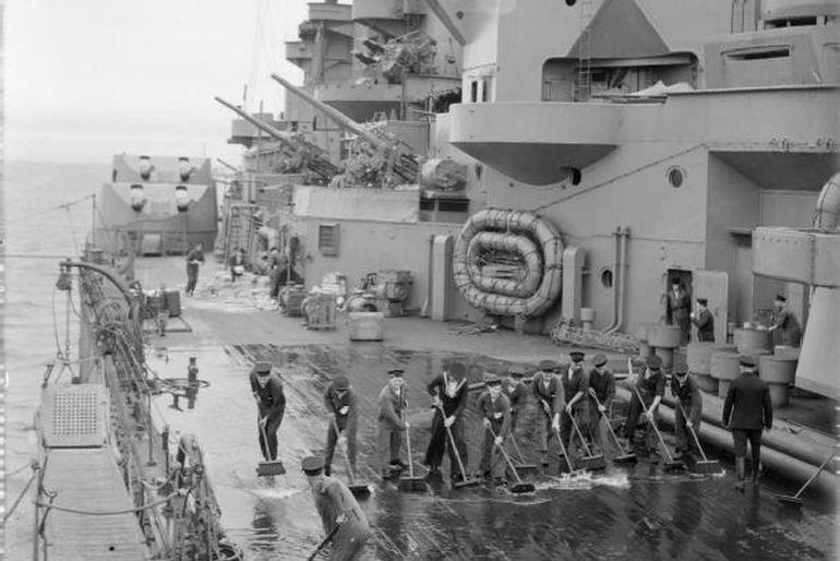 Praças da Royal Navy, a baldear o convés do couraçado HMS RODNEY c.1940 (Imperial War Museum via wikimedia commons)