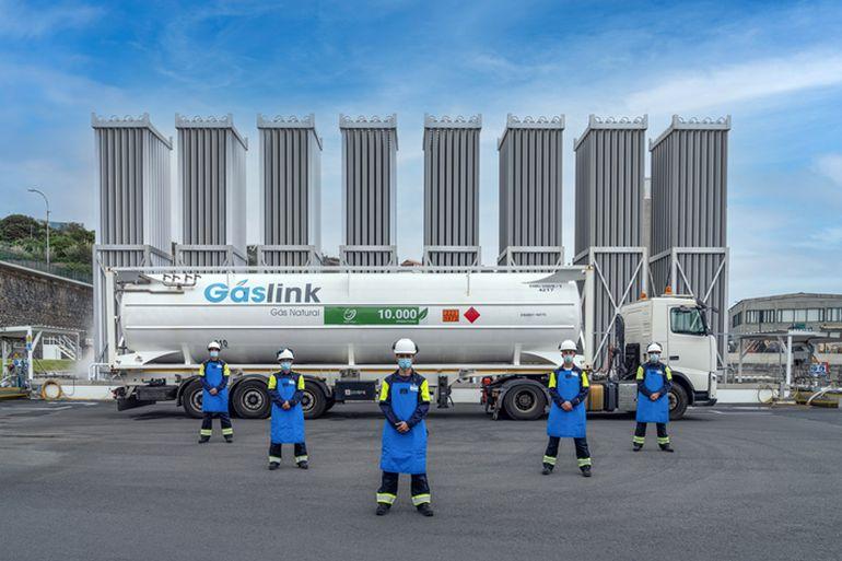 Operação pioneira para fornecer gás natural a uma ilha 18