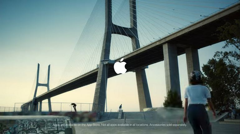 Uma imagem do skatepark na margem do Tejo, junto à Ponte Vasco da Gama, encerra o novo anúncio da Apple (fotograma do video Apple)